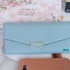 พร้อมส่ง รหัส T5114-001 สีฟ้า กระเป๋าสตางค์ยาวหนังลิ้นจี่เงาสวยแต่งอะไหล่พร้อมกล่องลายดอกไม้หรู