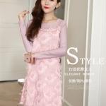 ชุดเดรสสั้น ผ้าชีฟองสีชมพู ดีไซน์เหมือนขนนกฟรุ้งฟริ้ง แขนเสื้อและไหล่เป็นผ้าทอกลิสเตอร์ในตัวสีชมพู