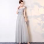 ชุดราตรียาว ตัวเสื้อเป็นผ้าโปร่ง 2 ชั้นเดินดิ้นเป็นลายเส้นสีเทา ตัวเสื้อมีความระยิบระยับในตัว