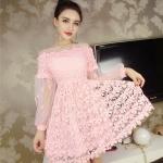 ชุดเดรสสวยๆ ผ้าลูกไม้ถักโครเชต์รูปดอกไม้ สีชมพู คอเสื้อ ไหล่ และปลายแขนเสื้อ เป็นผ้าโปร่งซีทรูสีชมพู