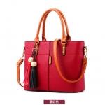 พร้อมส่ง ขายส่งกระเป๋าผู้หญิงถือและสะพายข้าง *แถมพูู่แขวนเพิ่มดีเทลสวยๆ รหัส Yi-2473 สีไวน์แดง 1 ใบ