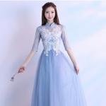 ชุดราตรียาว คอจีน แขนยาวสามส่วน ตัวเสื้อด้านนอกสุดเป็นผ้าโปร่งสีฟ้า ซับในชั้นแรกด้วยผ้าลูกไม้สีขาว