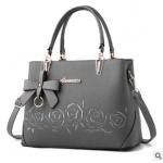 พร้อมส่ง กระเป๋าถือและสะพายข้างผู้หญิง แต่งโบว์ห้อย ปักลายดอกกุหลาบ รหัส Yi-2086 สีเทา 1 ใบ