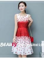 ชุดเดรสสั้น ผ้าซาตินเนื้อเงาสวยพื้นสีขาว พิมพ์ลายดอกกุหลาบสีแดง แขนกุด มีซิบด้านหลังลำตัว มีซับใน
