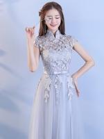 ชุดราตรียาว ดีไซน์คอจีน แขนสั้น ตัวเสื้อผ้าถักโครเชต์ลายดอกไม้สีเทา ซับในผ้าถักโครเชต์ด้วย