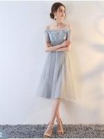 ชุดออกงานสุดหรู ตัวเดรสเป็นผ้าลูกไม้ปักลายดอกไม้สีฟ้าและลายเส้นสีเทา
