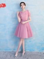ชุดราตรีสั้น ออกงานสุดหรู สีชมพูเข้ม ตัวเสื้อเป็นผ้าลูกไม้เย็บไขว้กันที่หน้าอกตามแบบ เปิดไหล่