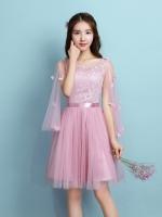 ชุดราตรีสั้นสีชมพู ใส่ออกงานสุดสวย ตัวเสื้อผ้าลูกไม้สีชมพูเข้ม แต่งระบายแขนเสื้อด้วยผ้ามุ้งยาว
