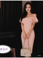 ชุดเดรสสวยๆ ผ้าโพลีเอสเตอร์ผสมสีชมพูโอรส ช่วงอกเป็นผ้าโปร่ง เปิดไหล่ ปิดต้นแขน