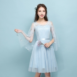 ชุดออกงานสุดสวย ตัวเสื้อผ้าลูกไม้สีฟ้า แต่งระบายแขนเสื้อด้วยผ้ามุ้งยาว