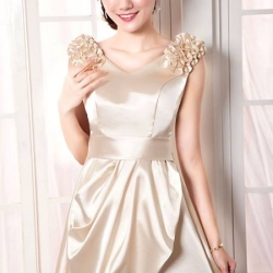 Pre-Order ชุดราตรีสั้น ชุดเพื่อนเจ้าสาว สีแชมเปญ เข้ารูป คอวี แขนกุด ผ้าซาตินอย่างดี ตกแต่งดอกไม้ เหมาะใส่เป็นชุดออกงาน ชุดไปงานแต่งงานมากๆ