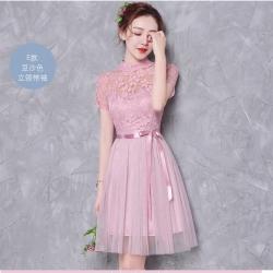 ชุดราตรีสั้น ออกงานสุดสวย ตัวเสื้อเป็นผ้าลูกไม้ลายดอกไม้สีชมพูกะปิ คอจีน แขนสั้น