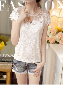 เสื้อผ้าผูกไม้สีขาว รอบคอเสื้อผ้าโปร่งซีทรู แต่งด้วยผ้าถักโครเชต์รูปดอกไม้ ไหล่บ่าล้ำ