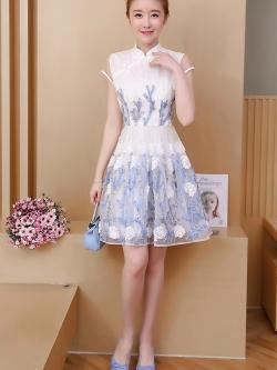 เดรสออกงาน ผ้าไหมแก้ว organza สีขาว คอจีน แขนสั้น ตัวชุดแต่งด้วยผ้าดีไซน์เป็นก้านดอกไม้สีฟ้า