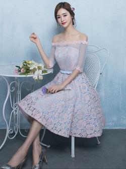 ชุดราตรีสั้น ออกงานสุดสวย ตัวเสื้อผ้าลูกไม้ลายดอกไม้สีชมพู ซับในด้วยผ้าซาตินสีฟ้า เปิดไหล่