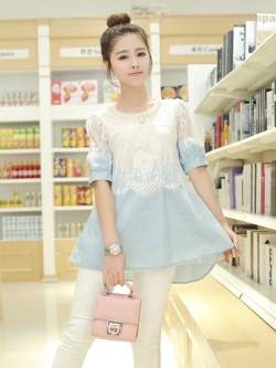 เสื้อยีนส์แขนสั้น ตัวเสื้อช่วงอกและไหล่เป็นผ้าลูกไม้ สีขาว คอเสื้อแต่งด้วยแถบมุก สีขาว
