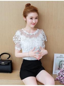 เสื้อผ้าลูกไม้สีขาว ชนิดยืดได้เนื้อนิ่ม ไหล่บ่าล้ำ ช่วงไหล่และแขนเสื้อเป็นผ้าโปร่งลายจุด ถัดมาเป็นผ้าถักโครเชต์รูปดอกไม้