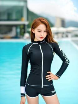ชุดว่ายน้ำทูพีช แบบสปอร์ตสีดำ มีซิบกลางอก แขนเสื้อสกรีนตัวหนังสือ มีบาร์ด้านใน