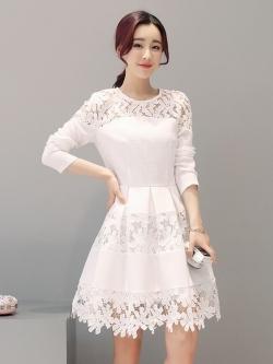 ชุดเดรสสวยๆ ผ้าคอตตอนผสมทอเนื้อดี พื้นสีขาว แขนยาว