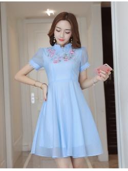 ชุดเดรสสวยๆ ผ้าชีฟองเนื้อทรายสีฟ้า แขนสั้น คอจีน ปลายแขนเสื้อแต่งด้วยผ้าถักโครเชต์