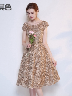 ชุดเดรสออกงาน สุดหรู ตัวชุดเป็นผ้าลายดอกไม้สามมิติสีน้ำตาลทองยื่นออกมาจากตัวชุด
