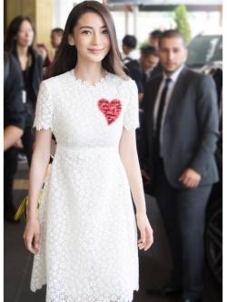 ชุดเดรสสีขาว ผ้าถักลายดอกไม้ สีขาว แขนสั้น เข้ารูปช่วงเอว