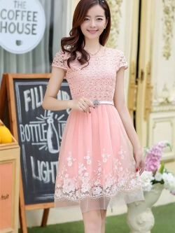 ชุดเดรสออกงานเกาหลี Brand เกาหลี เดรสตัวเสื้อผ้าถักลายดอกไม้ สีชมพูโอรส คอเสื้อประดับมุก กระโปรงผ้าโปร่งปักดิ้นลายดอกไม้