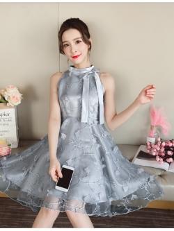ชุดเดรสออกงาน ตัวชุดด้านนอกเป็นผ้าโปร่งปักด้ายสีเทา ลวดลายตามแบบ