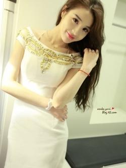 ชุดเดรสสั้น Anan.Girl ชุดเดรส ผ้าโพลีเอสเตอร์สีขาว เปิดไหล่เล็กน้อย รอบไหล่ด้านหน้าชุดแต่งด้วยคริสตรัสใสสีทอง (พร้อมส่ง)