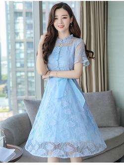 ชุดเดรสสีฟ้าใส่วันแม่ เดรสผ้าลูกไม้ลายใบไม้สีฟ้า ตัวเนื้อผ้าจะเงาสะท้อนแสงสวยมาก กระดุมผ่าหน้าอก แขนสั้น
