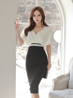 ชุดเดรสสวยๆ ผ้าคอตตอนผสมเนื้อนิ่ม ยืดหยุ่นได้ดี ตัวเสื้อทรงปีกค้างคาว คอวี สีขาว