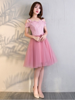 เดรสออกงานสุดหรู ตัวเสื้อผ้าลูกไม้ลายดอกไม้สีชมพู สายเดี่ยว เปิดไหล่ ปิดต้นแขน