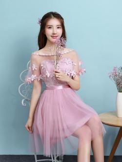 ชุดราตรีสั้นออกงาน สีชมพูสุดสวย ตัวเดรสเป็นเกาะอก ตัวเสื้อผ้าลูกไม้สีชมพูเข้ม ด้านหลังลำตัวตัวเป็นสม๊อก