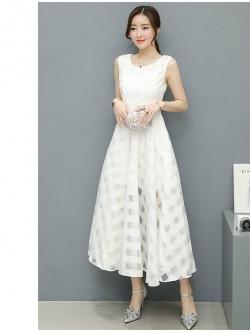 ชุดเดรสยาว แขนกุด ผ้าโพลีเอสเตอร์ผสมทอลายตารางโปร่งสลับทึบสีขาว