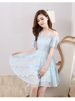 ชุดเดรสลูกไม้ ผ้าเนื้อดีนิ่มยืดหยุ่นได้ดี สีฟ้าอ่อน คอเสื้อเป็นผ้าโปร่งซีทรูสีขาว