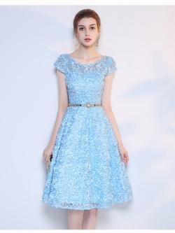 ชุดเดรสออกงาน สุดหรู ตัวชุดเป็นผ้าลายดอกไม้สามมิติสีฟ้ายื่นออกมาจากตัวชุด