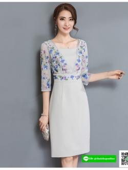 ชุดเดรสสั้น ผ้าโพลีเอสเตอร์ผสมสีเทา แขนเสื้อ หน้าอกและเอว เป็นผ้าลูกไม้ปักลายดอกไม้โทนสีฟ้าและม่วง