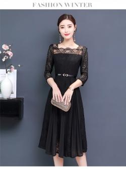 เดรสลูกไม้สีดำ คอเสื้อแต่งด้วยผ้าลูกไม้เนื้อบาง แขนยาวสี่ส่วน กระโปรงเย็บสลับกับผ้าชีฟองอัดพลีต ยาวคลุมเข่า ตัวผ้าทิ้งสวยครับ