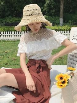 เสื้อลูกไม้สีขาว ผ้าเนื้อดี ช่วงไหล่เป็นผ้าลูกไม้ถักลายตามแบบ