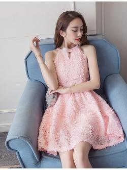 ชุดเดรสสวยๆ ผ้าลายเกล็ดดอกไม้สีชมพูโอรส แขนกุด เดรสเข้ารูปช่วงเอว กระโปรงทรงเอ