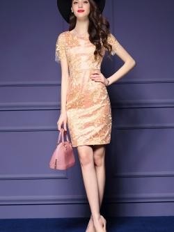 ชุดเดรสสวยๆ ผ้าลูกไม้ปักลายดอกไม้สีทอง ซับในในตัวสีชมพูเนื้อ ช่วงแขนเสื้อเป็นลูกไม้ซีทรู