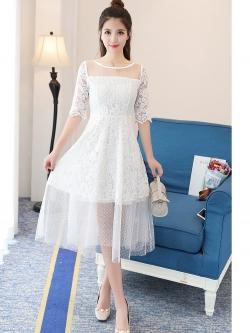 ชุดเดรสยาว ผ้าลูกไม้สีขาว ช่วงไหล่ และชายกระโปรงเย็บต่อด้วยผ้าโปร่งซีทรูลายจุดเล็กๆ สีขาว