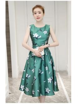 ชุดเดรสผ้าซาติน เนื้อนิ่ม เงาสวย แขนกุด พื้นสีเขียว พิมพ์ลายดอกไม้โทนสีขาวเทา เดรสเข้ารูปช่วงเอว