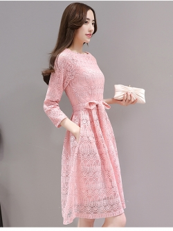 ชุดเดรสสวยๆ ผ้าลูกไม้ถักสีชมพู แขนยาว เข้ารูปช่วงเอว กระโปรงทรงเอ