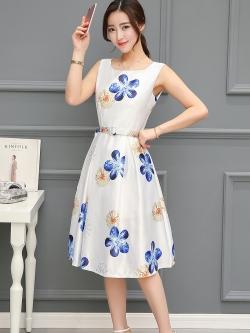 เดรสผ้าซาตินเนื้อนิ่ม เงาสวย แขนกุด พื้นสีขาว พิมพ์ลายดอกไม้โทนสีน้ำเงินและส้มเหมือนแบบ