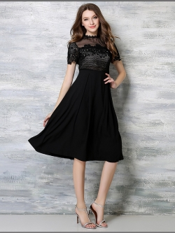 เดรสสีดำ ตัวเสื้อและแขนเสื้อเป็นผ้าถักลายดอกไม้สีดำ เย็บต่อกับช่วงไหล่ผ้าชีฟองชนิดบาง