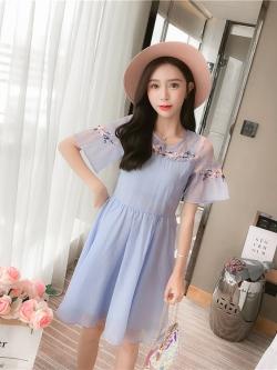 ชุดเดรสสีฟ้าใส่วันแม่ เดรสผ้าชีฟองชนิดเนื้อย่น หน้าอกและแขนเสื้อปักลายดอกไม้สวยงาม