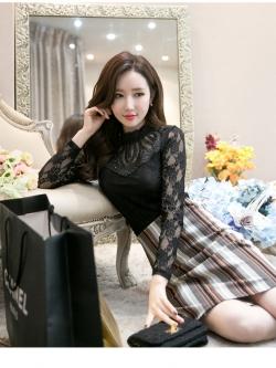เสื้อสีดำ เสื้อผ้าลูกไม้สีดำแขนยาว ช่วงคอเสื้อไหล่เป็นผ้ามุ้งซีทรู