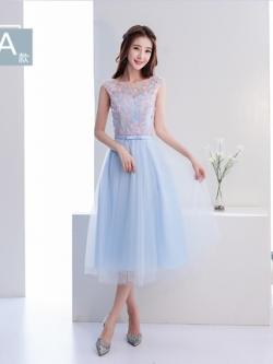 ชุดราตรียาวสีฟ้า ตัวเสื้อผ้าโปร่งปักด้วยด้ายเป็นลายเส้นก้านดอกไม้สีเงิน