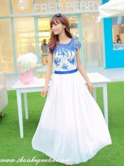 ชุดเดรสยาว แมกซี่เดรสสุดสวย ตัวเสื้อผ้าปักลายดอกไม้ สีน้ำเงิน แต่งผ้าถักโครเชต์ช่วงไหล่ สวยมากๆ ครับ